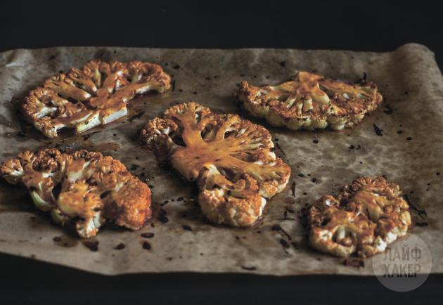 Смазав каждый «стейк» из цветной капусты соусом, верните их в духовку