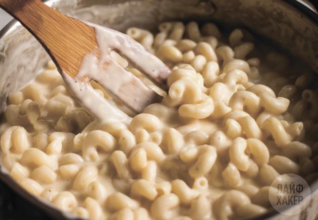 Макароны с сырным соусом в одной посуде: добавьте сыр и перемешайте
