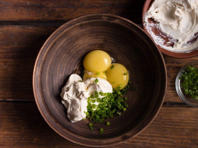 Домашние низкоуглеводные хлебцы: яичные желтки смешайте с крем-сыром и измельчённым луком