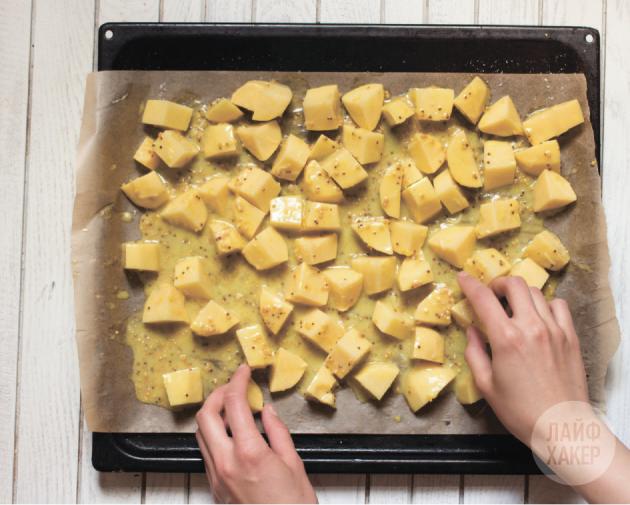 рецепт запеченного картофеля с горчично-медовой корочкой: картофель должен располагаться на противне в один слой