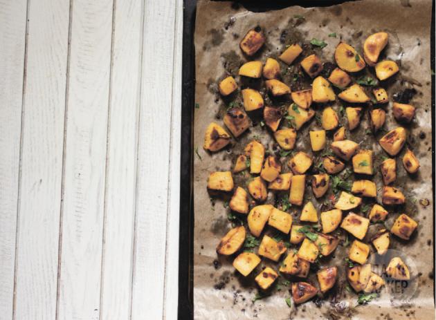 рецепт запеченного картофеля с горчично-медовой корочкой: кусочки покроются сладковатой корочкой снаружи и останутся мягкими и рассыпчатыми внутри