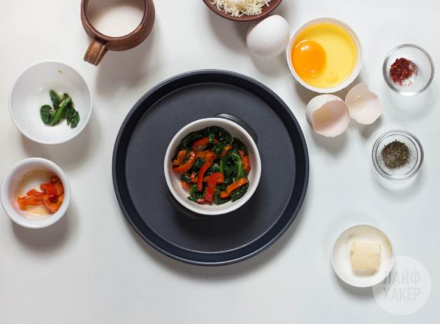 Необычная яичница: рецепт. На дно формы положите овощи
