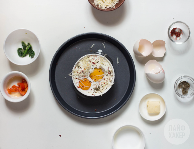 Необычная яичница с тостами. Вбейте яйца и посыпьте сыром