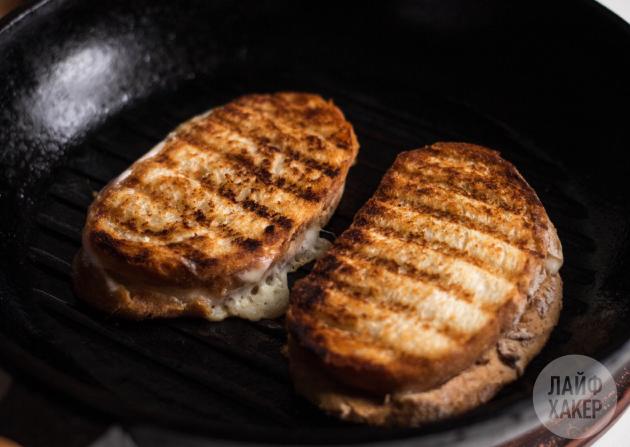 Яичница с тостами: рецепт. Обжарьте на гриле тосты с сыром