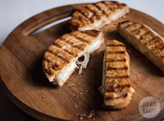 Рецепт необычной яичницы: готовые тосты разрежьте вдоль пополам