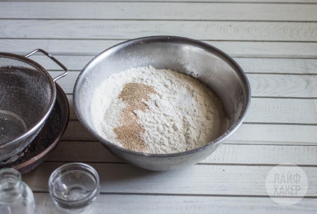 Как приготовить китайские паровые булочки: соедините сухие ингредиенты
