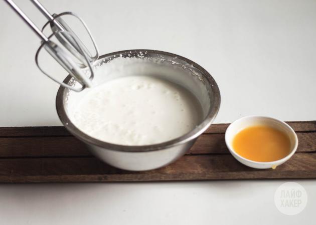 Домашнее йогуртовое мороженое: взбейте смесь миксером