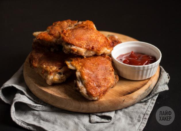 Курица с хрустящей корочкой в духовке: мясо подаётся с соусом