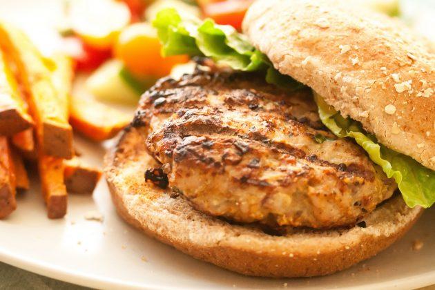Рецепт: бургер с индейкой и овощами