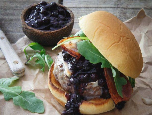 Рецепт: бургер с черничным соусом и сыром бри