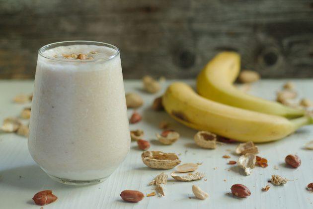 здоровый завтрак: смузи с бананом и яблоком