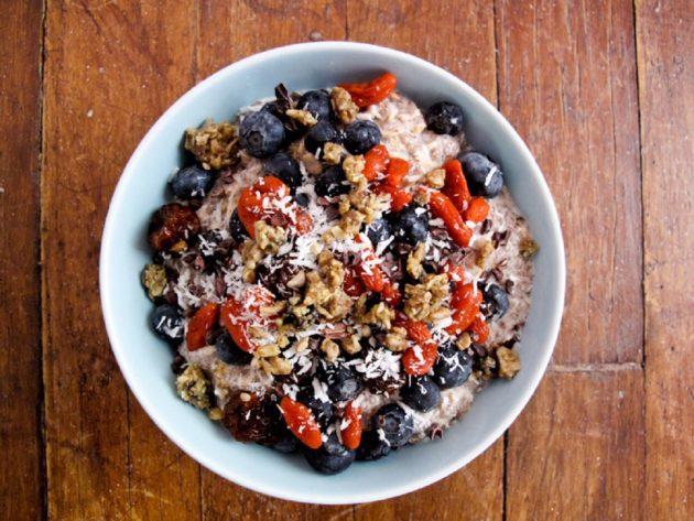 здоровый завтрак: йогурт с орехами и семенами