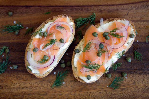 здоровый завтрак: тост с лососем