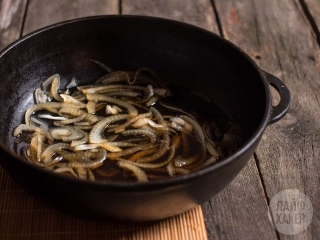 Как приготовить оякодон: дайте луку потомиться около 5 минут