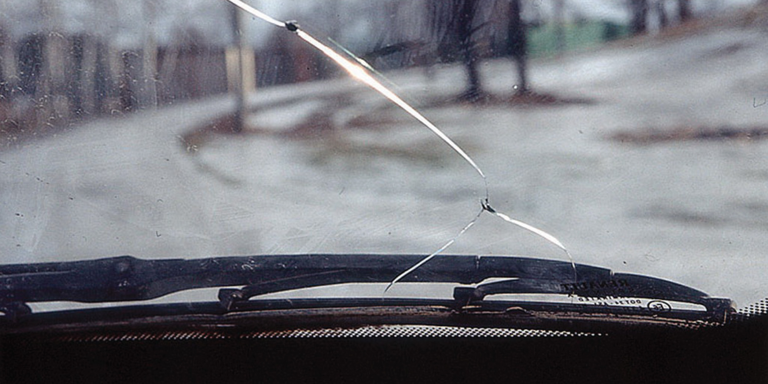 Трещина на ветровом стекле