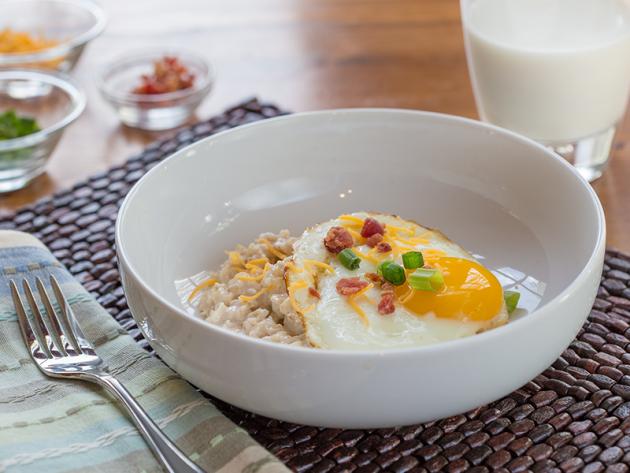 солёная овсянка с яйцом и беконом