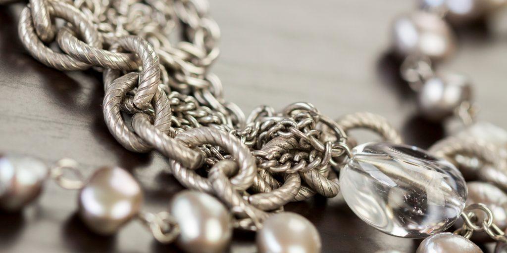 Чистка серебряных украшений с камнями в домашних условиях: чистим кольца и серьги