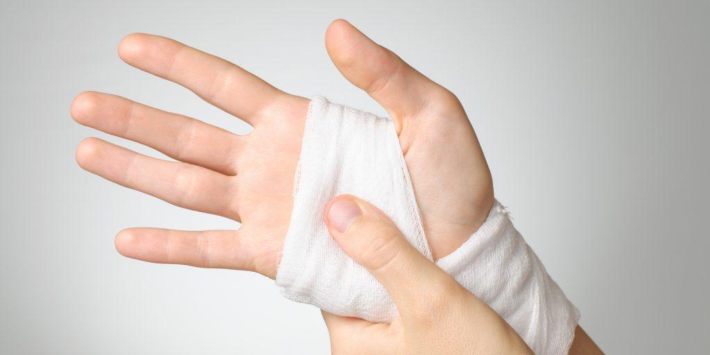 Как остановить кровь при порезе: универсальные советы