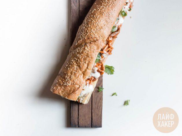 Готовый сэндвич бан ми можно есть целым или поделить на меньшие куски