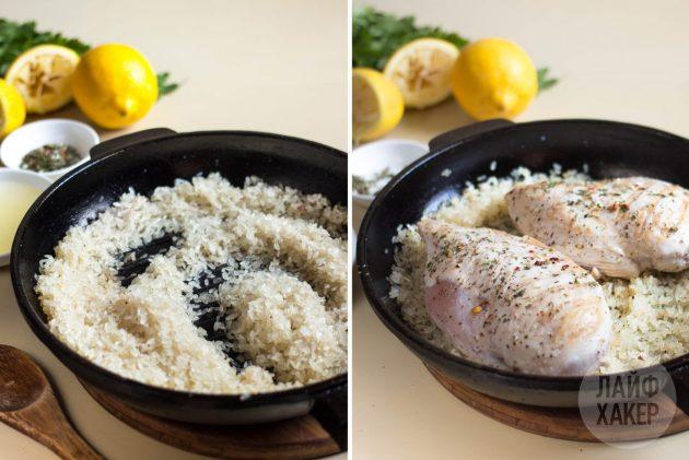 Соедините рис с курицей в сковороде