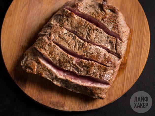 Чтобы получилась говядина гармошкой в духовке, сделайте на куске мяса несколько поперечных надрезов