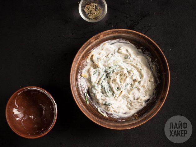 Начинка для говядины гармошкой в духовке: слегка охладив лук и шпинат, соедините их с крем-сыром, сушёным чесноком и тимьяном