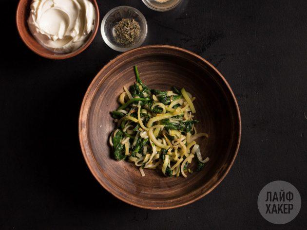 Начинка для говядины гармошкой в духовке: пассеруйте лук-порей и шпинат до мягкости