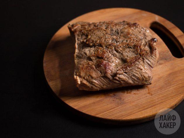 Чтобы говядина гармошкой в духовке получилась более сочной, оставьте мясо полежать 10–15 минут перед запеканием