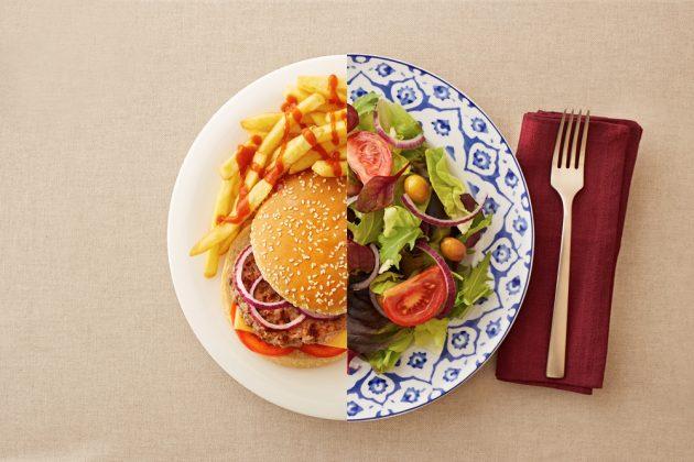 употребление углеводов: овощи и гамбургер