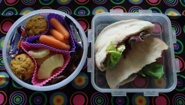 офисные обеды: пита с беконом и томатами черри