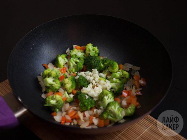 Как приготовить рис стир-фрай: нарежьте овощи