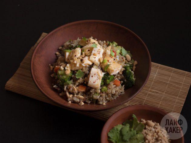 Рис стир-фрай в тарелке