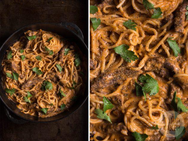 Чтобы получилась паста с говядиной в томатно-сливочном соусе, уберите сковороду с огня и быстро смешайте мясо и спагетти со сметаной