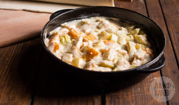 Как приготовить деревенский пирог с тыквой, картошкой и сельдереем: положите овощи в форму, залейте соусом и накройте сверху куском раскатанного слоёного теста