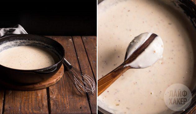 Как приготовить соус для деревенского пирога с тыквой, картошкой и сельдереем: дайте молоку загустеть, помешивая массу на среднем огне примерно 5 минут