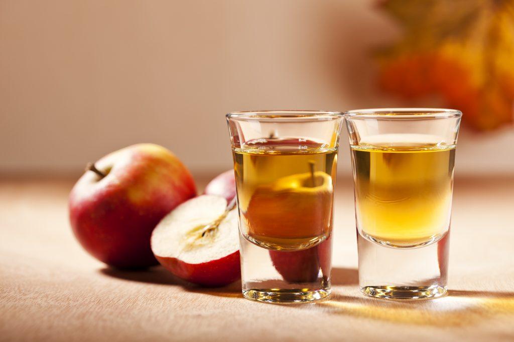 Крепкий спиртной напиток из яблок