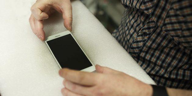 Как приклеить защитное стекло на смартфон: выровняйте стекло