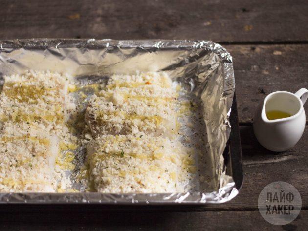 Как приготовить запечённую рыбу в хрустящей панировке: посыпьте рыбу крошкой и полейте маслом