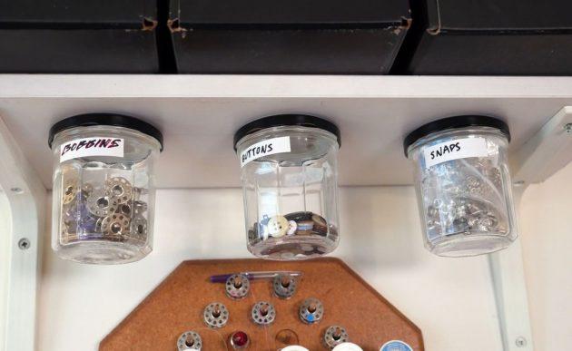 хранение мелочей: банки под столешницей