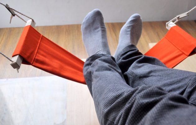 Подарки друзьям на новый год: гамак для ног