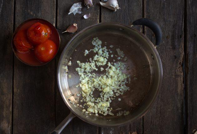 Как приготовить итальянскую запеканку из пельменей: спассеруйте лук и чеснок
