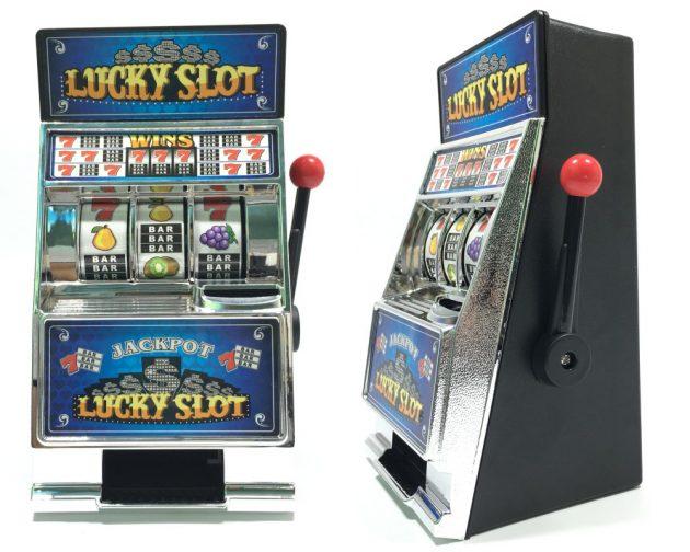 копилка в виде игрового автомата