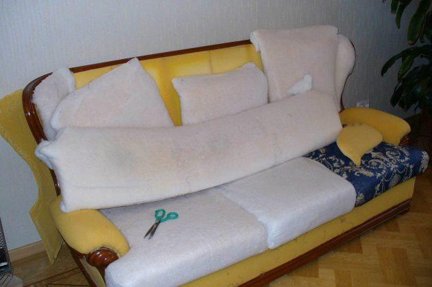 Перетяжка мебели: удаление изношенной обивки