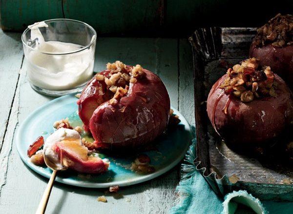 Запечённые яблоки с финиками и овсянкой