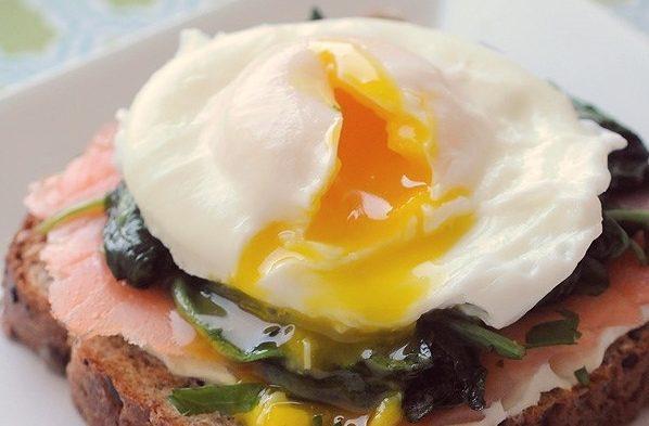 Тосты с копчёным лососем, шпинатом и яйцом всмятку