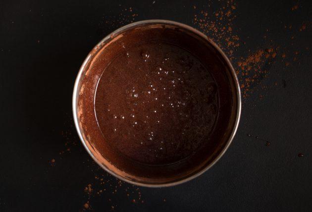 Рецепт брауни с какао и крем-сыром: получившуюся массу соедините с просеянными сухими ингредиентами
