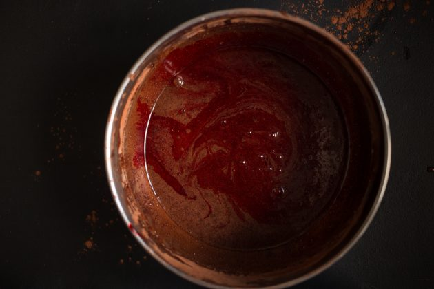 Рецепт брауни с какао и крем-сыром: добавьте краситель