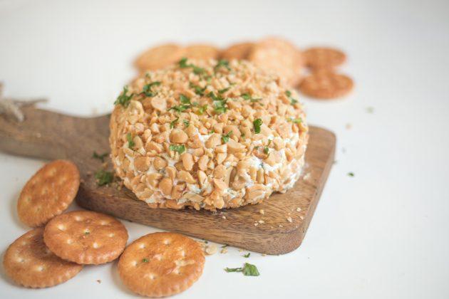 Обваляйте сырный шар в арахисе и подавайте закуску