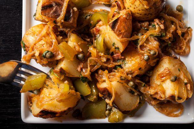 Как пожарить картошку: немецкий тёплый салат с картофелем и беконом