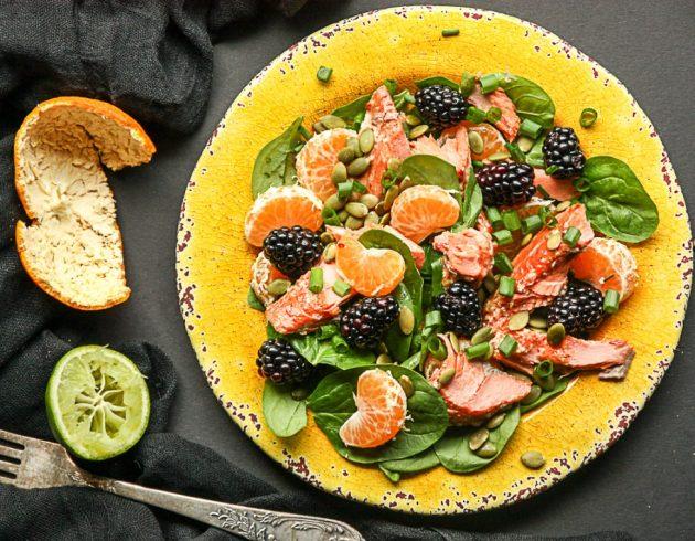 Праздничные салаты на скорую руку: салат с лососем, ежевикой и мандаринами